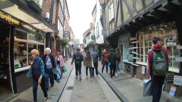 timelapse walking at York shambles alley in York City, England, UK - vídeo