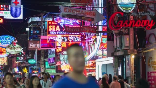 4 k time-lapse: walking street pattaya, zooma in - pattaya bildbanksvideor och videomaterial från bakom kulisserna