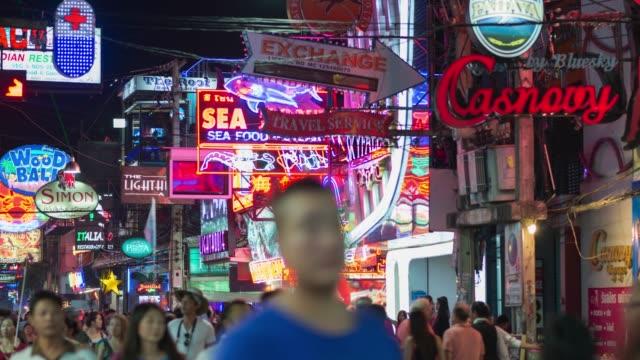 4 k time-lapse: walking street pattaya, zooma ut - pattaya bildbanksvideor och videomaterial från bakom kulisserna