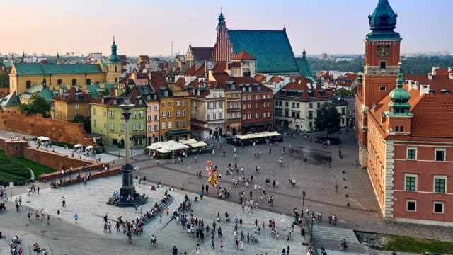 warsaw, poland - august 11 2017: 4k timelapse with panorama slider: column of sigismund iii vasa and castle square in warsaw - a historic square in front of royal castle, the former official residence of polish monarchs. - польша стоковые видео и кадры b-roll