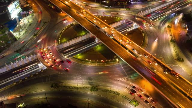 timelapse med zoom in: circle traffic gatubelysning och bil nattetid - välstånd bildbanksvideor och videomaterial från bakom kulisserna