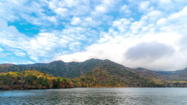 時間経過は: yumoko 湖上部日光栃木県 - 山点の映像素材/bロール