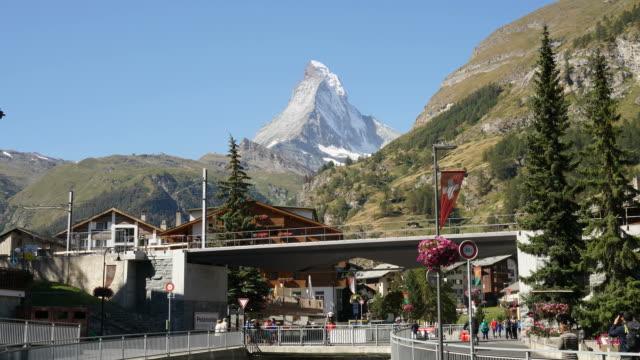 stockvideo's en b-roll-footage met timelapse zermatt stad met matterhorn achtergrond - zermatt