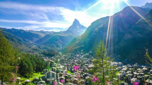stockvideo's en b-roll-footage met timelapse zermatt dorp met matterhorn achtergrond - zermatt