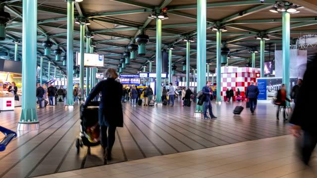 stockvideo's en b-roll-footage met hd time-lapse uitzoomen: reiziger airport station terminal schiphol amsterdam nederland - schiphol