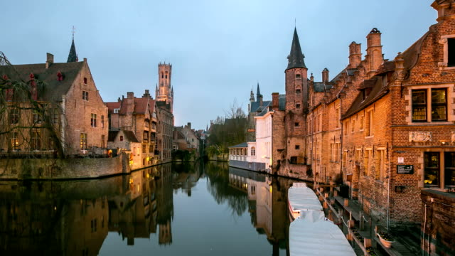 time-laps'in hd zoom out:  bruges storica città vecchia e canale belgio tramonto - bruges video stock e b–roll