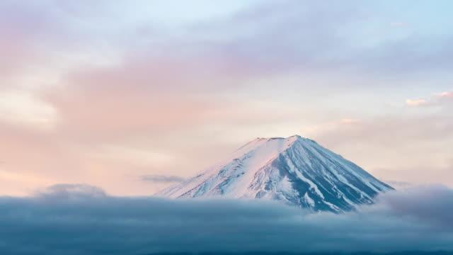 vidéos et rushes de time-lapse: vue aérienne fujisan lever de soleil de montagne au beliaube au lac kawaguchiko - fuji yama