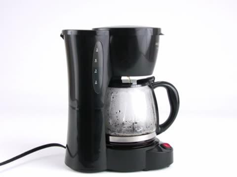 ntsc: timelapse-brewing kaffee - schwarzer kaffee stock-videos und b-roll-filmmaterial
