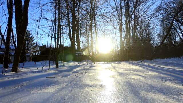 zeitraffer: hütte im winter sonnenuntergang im wald - blockhütte stock-videos und b-roll-filmmaterial