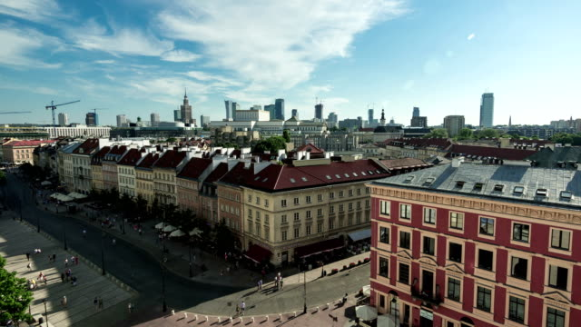 timelpase of townhouses in castle square, warsaw - польша стоковые видео и кадры b-roll
