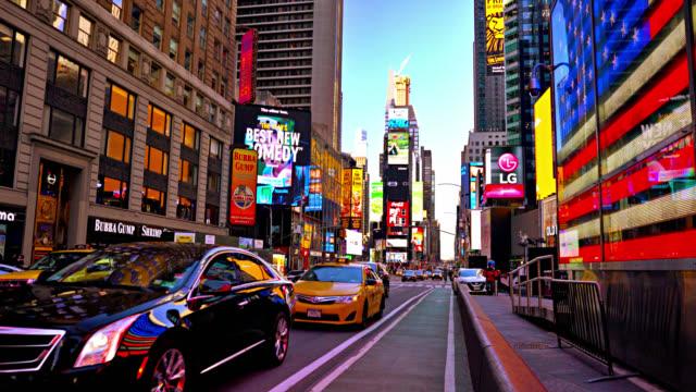 times meydanı ve amerikan bayrağı - amerika kıtası stok videoları ve detay görüntü çekimi