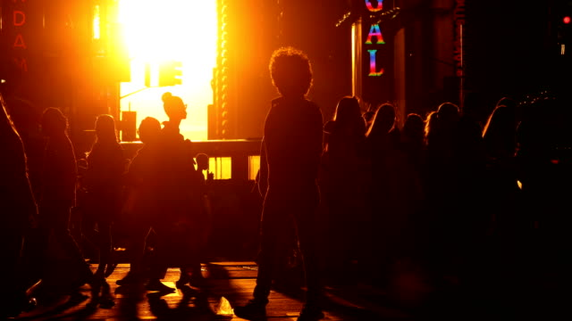 times square sunset street scene - пешеход стоковые видео и кадры b-roll