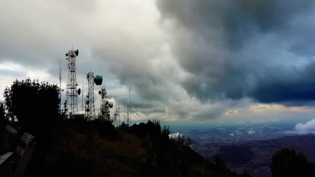 timlapse de antenas y a la ciudad, en el fondo en ecaudor Quito de pichincha a las montañas - vídeo