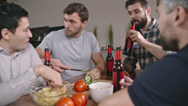 Tipsy Guys Laughing and Making Salad - vídeo