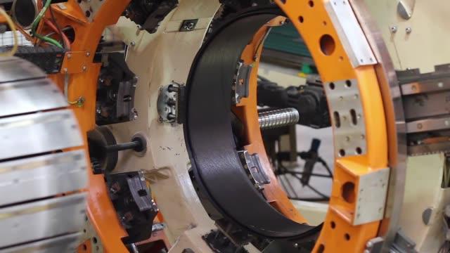 produzione pneumatici macchina robotica da vicino - attrezzatura industriale video stock e b–roll