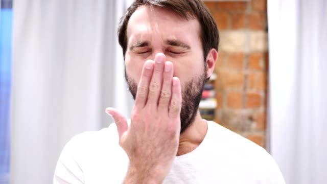 vídeos de stock e filmes b-roll de tired beard man yawning in office, indoor - dormitar