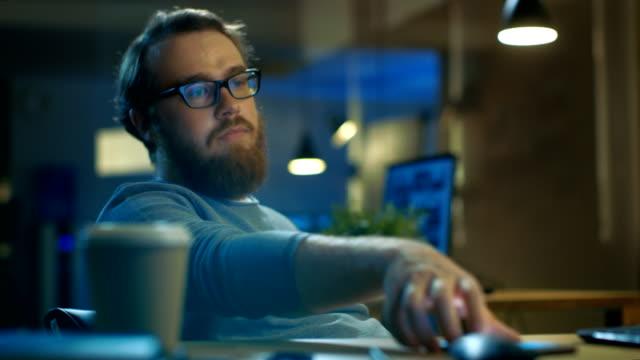 vídeos y material grabado en eventos de stock de cansado aburrido hombre que se sienta en su escritorio y esperas hasta que su trabajo es sobre. - descargar internet