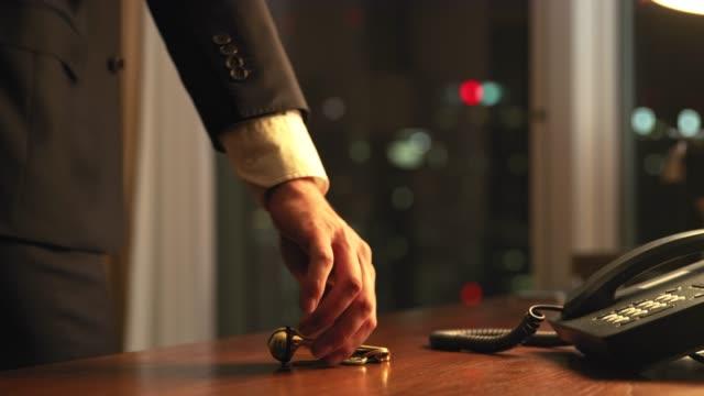 疲れたビジネスマンがホテルの部屋に到着 - テーブル点の映像素材/bロール