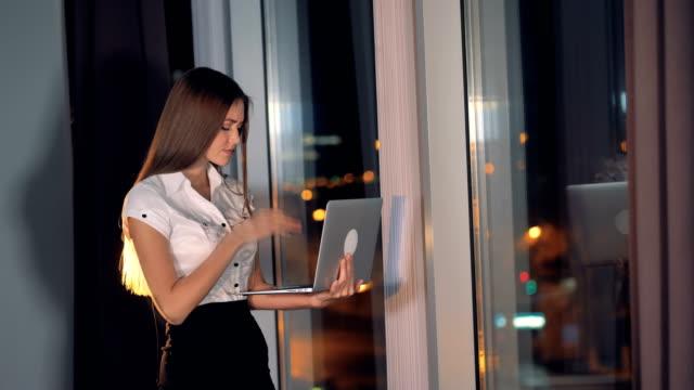 疲れて実業家タイプのノート パソコンとその蓋を閉じます。 - 女性 落ち込む点の映像素材/bロール