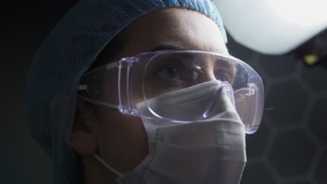 tired doctor or nurse in goggles and face mask - vídeo