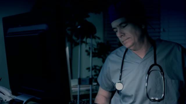 vídeos de stock e filmes b-roll de cansado médico sentado na mesa - cansado
