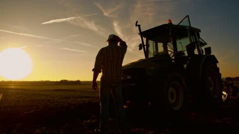 ws stanco agricoltore dopo una lunga giornata di duro lavoro - agricoltura video stock e b–roll
