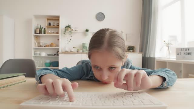 усталая девушка делает тест на компьютере в домашних условиях - covid testing стоковые видео и кадры b-roll