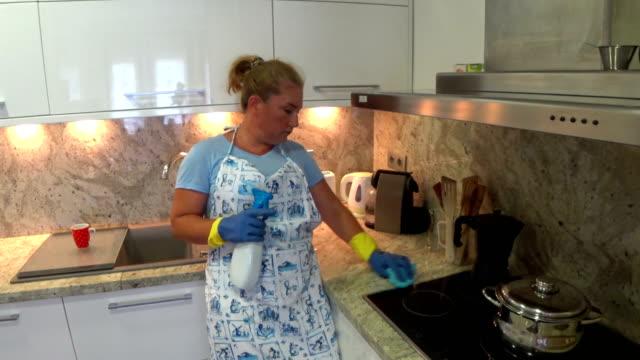 vídeos de stock, filmes e b-roll de dona de casa cansada, limpeza da cozinha - afazeres domésticos