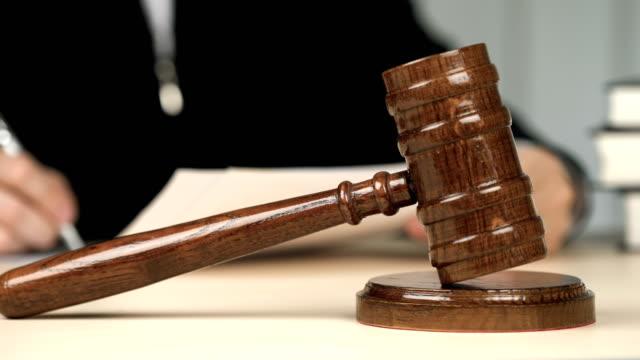 vídeos de stock, filmes e b-roll de cansado de juiz assinar documentos legais e tirar os óculos na sala de audiências, ocupação - domínio