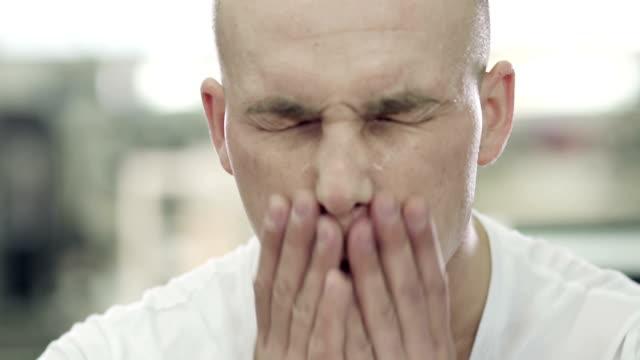 Hombre cansado en el gimnasio - vídeo