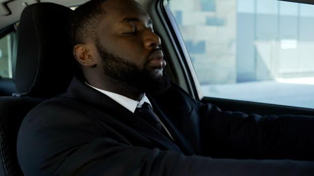 Fatigué de chauffeur personnel de patrons actifs calendrier essayant de s'endormir et se détendre - Vidéo