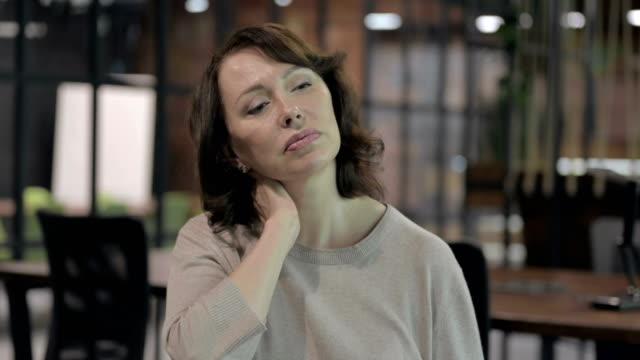 vídeos de stock, filmes e b-roll de mulher velha cansada que tem a dor da garganta - ortopedia