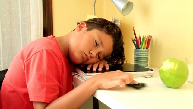 tired schoolboy sleeping - nuda filmów i materiałów b-roll