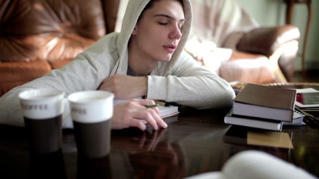 vidéos et rushes de fatigué d'étudiant se réveille dans un sommeil réparateur. - lutte