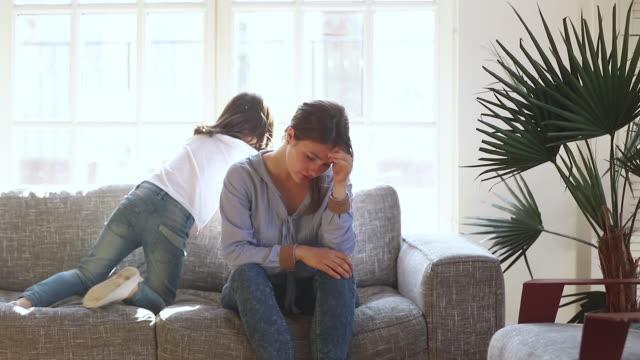 stockvideo's en b-roll-footage met vermoeide overstuur alleenstaande moeder gestrest over actieve ondeugend kind dochter - moe