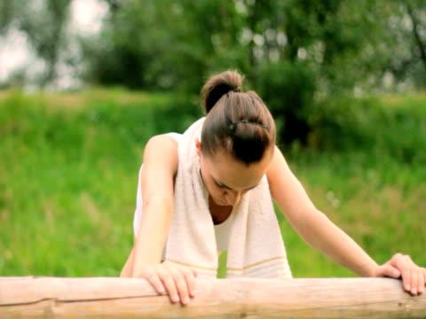 vídeos de stock, filmes e b-roll de mulher cansada descansando depois de treino - comodidades para lazer