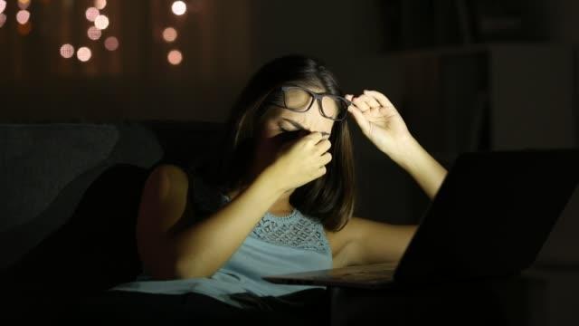müde frau leiden überanstrengung der augen in der nacht online arbeiten - sehvermögen stock-videos und b-roll-filmmaterial