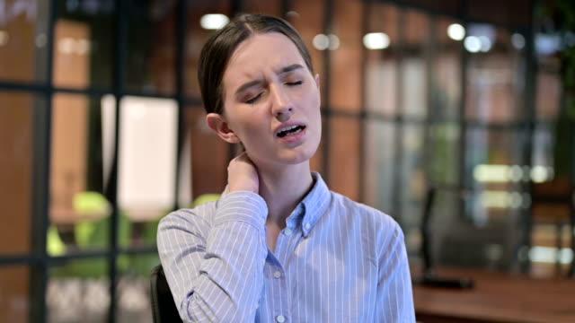 vídeos de stock, filmes e b-roll de jovem cansada com dor no pescoço - ortopedia