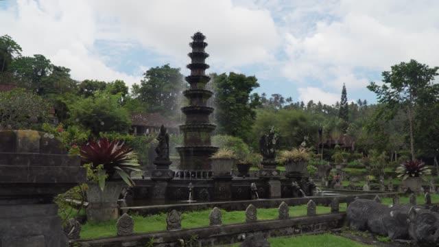 vídeos de stock, filmes e b-roll de tirta gangga em bali. templo hindu - templo