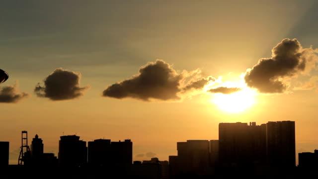 TL, Silueta al atardecer de edificios y agua. Tokio, Japón - vídeo