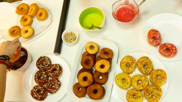 to decorate donuts with chocolate - decorazione per dolci video stock e b–roll
