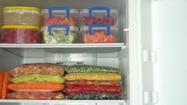 vídeos de stock e filmes b-roll de to freeze raw vegetables : eating healthy - congelador