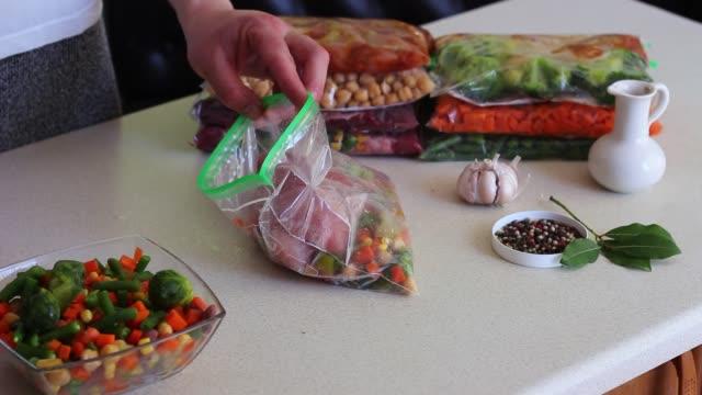 vorbereiten, blanchieren, verpacken und einfrieren gartengemüse - gefrierkost stock-videos und b-roll-filmmaterial