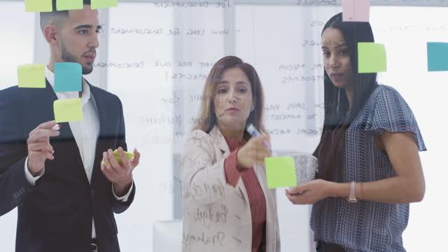 vídeos de stock, filmes e b-roll de para se manter competitivo, você tem que ser adaptável - estratégia