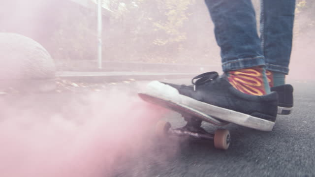 都市道スケート ボードに乗って ms 若い男に cu - street graffiti点の映像素材/bロール
