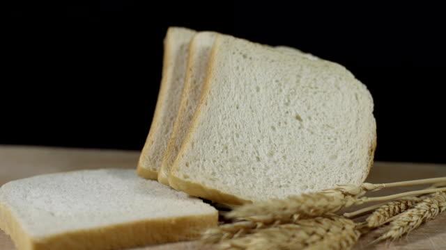 hd :dolly  トーストと小麦耳付き - 食パン点の映像素材/bロール