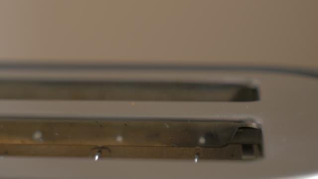 電気トースター 4 k からポップアップトーストパン 2160p ultrahd 映像-ダブル電気トースタークローズアップ 4k 3840x2160 uhd ビデオでトーストパン - 食パン点の映像素材/bロール