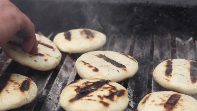 toasted arepa cooking on the grill - węglowodan jedzenie filmów i materiałów b-roll