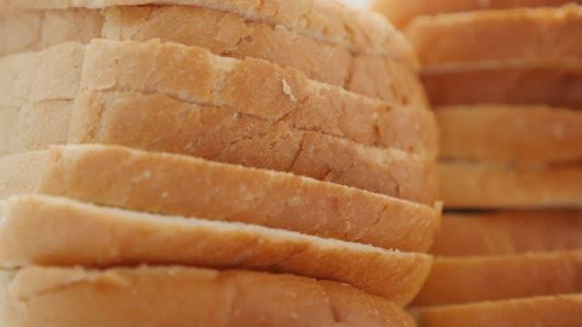 トーストパンの部分は、食品の背景スローチルト4kをクローズアップ - 食パン点の映像素材/bロール