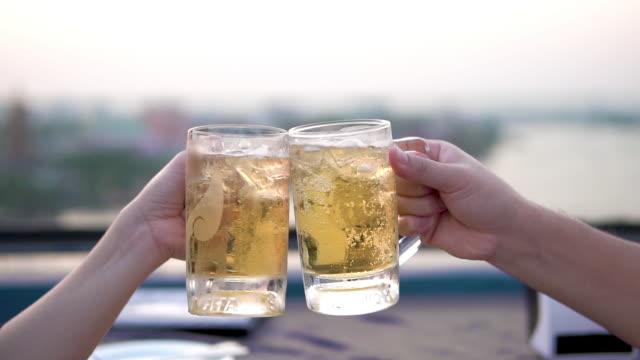 ビールで乾杯。 - 飲み会点の映像素材/bロール